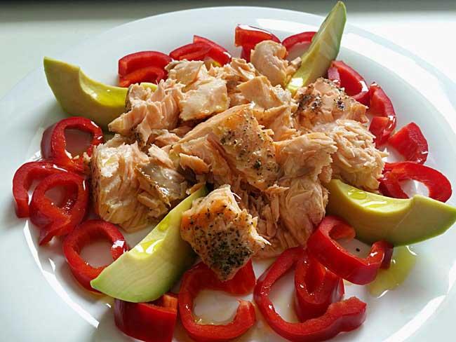 Hladen losos s papriko in avokadom