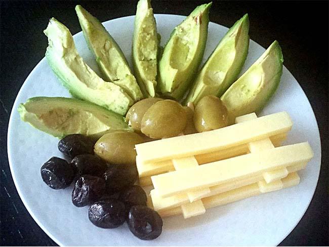 Avokado s sirom in olivami