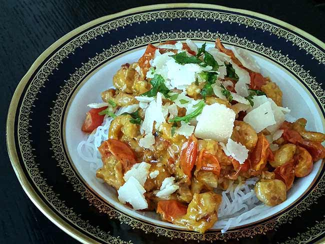 Shirataki špageti s kozicami v smetanovi omaki