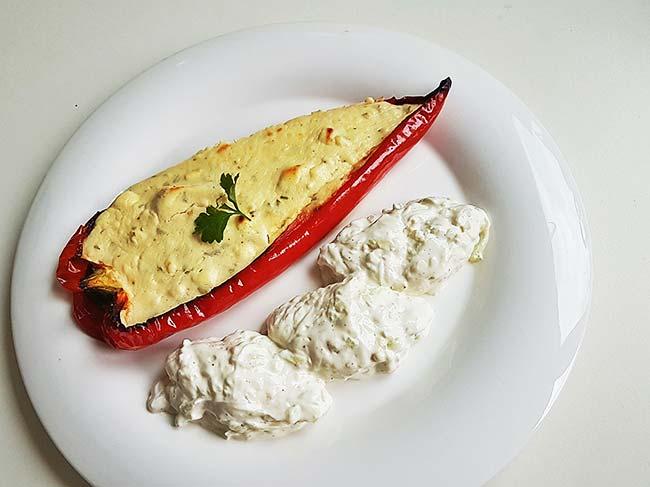 Pečene paprike s skuto in feto