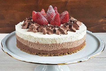 Trobarvna čokoladno-skutna torta